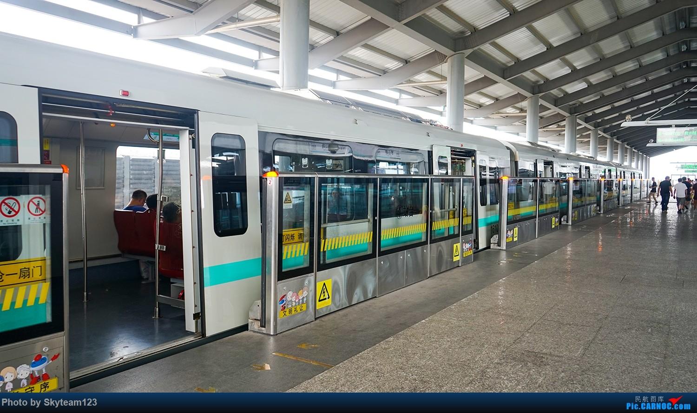 第二天的行程开始,这一天主要内容是新线12号线的部分车站参观以及一号线北延段拍车之旅 在大连路站换乘12号线,换乘方式上海地铁目前新线非常流行的T字换乘 步行距离不长,但是个人发现上海目前的T字L字这些主流换乘节点车站 都有换乘通道狭窄的问题,万一遇到大客流的话,疏导起来是个问题。 这点上羊角就会通过指示牌将乘客骗到站厅换乘来疏导客流 简直腹黑。 然而SM的换乘指示牌永远指的是最近的换乘捷径,实在是良心。 不过值得一提的是,SM的线网规划要比羊角科学,前期建设在支持郊区发展的同时兼顾了市区新线