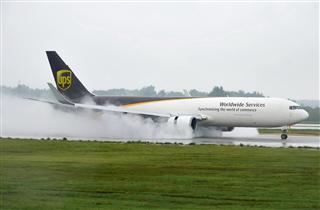 UPS雨中降落郑州机场~一图党