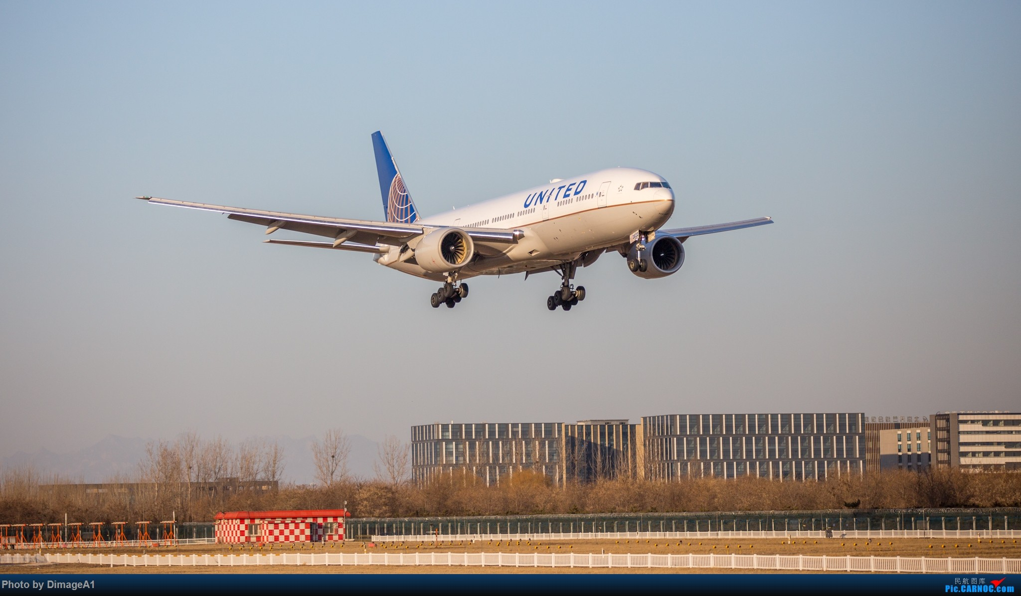 美联航波音-777ER BOEING 777-200ER N222UA 首都机场