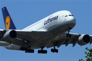 近进中的汉莎航空Airbus A380-800,D-AIMG特写。
