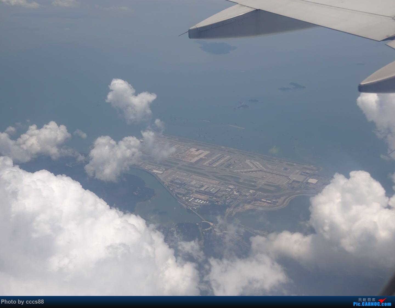 [原创]飞越香港机场时,云中鸟瞰香港机场    中国香港国际机场