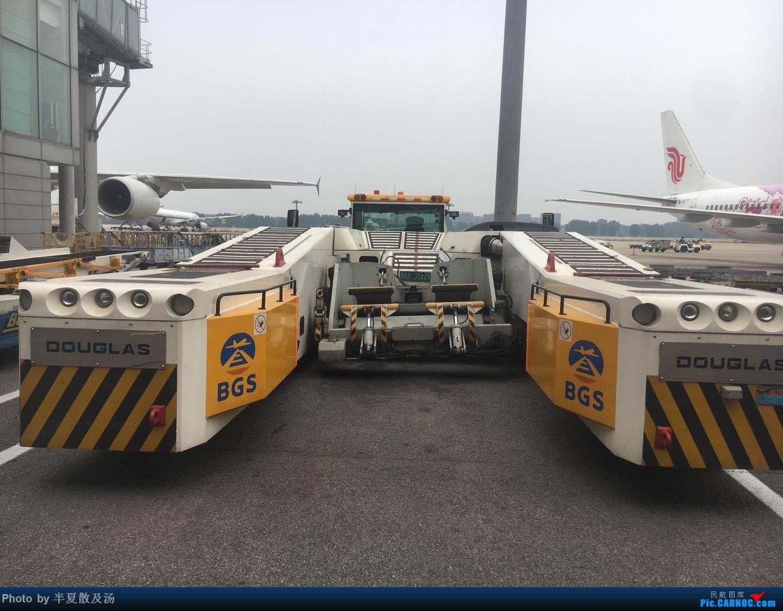 Re:[原创]A380主轮降温作业,道格拉斯抱轮车,747、330,多图    中国北京首都国际机场