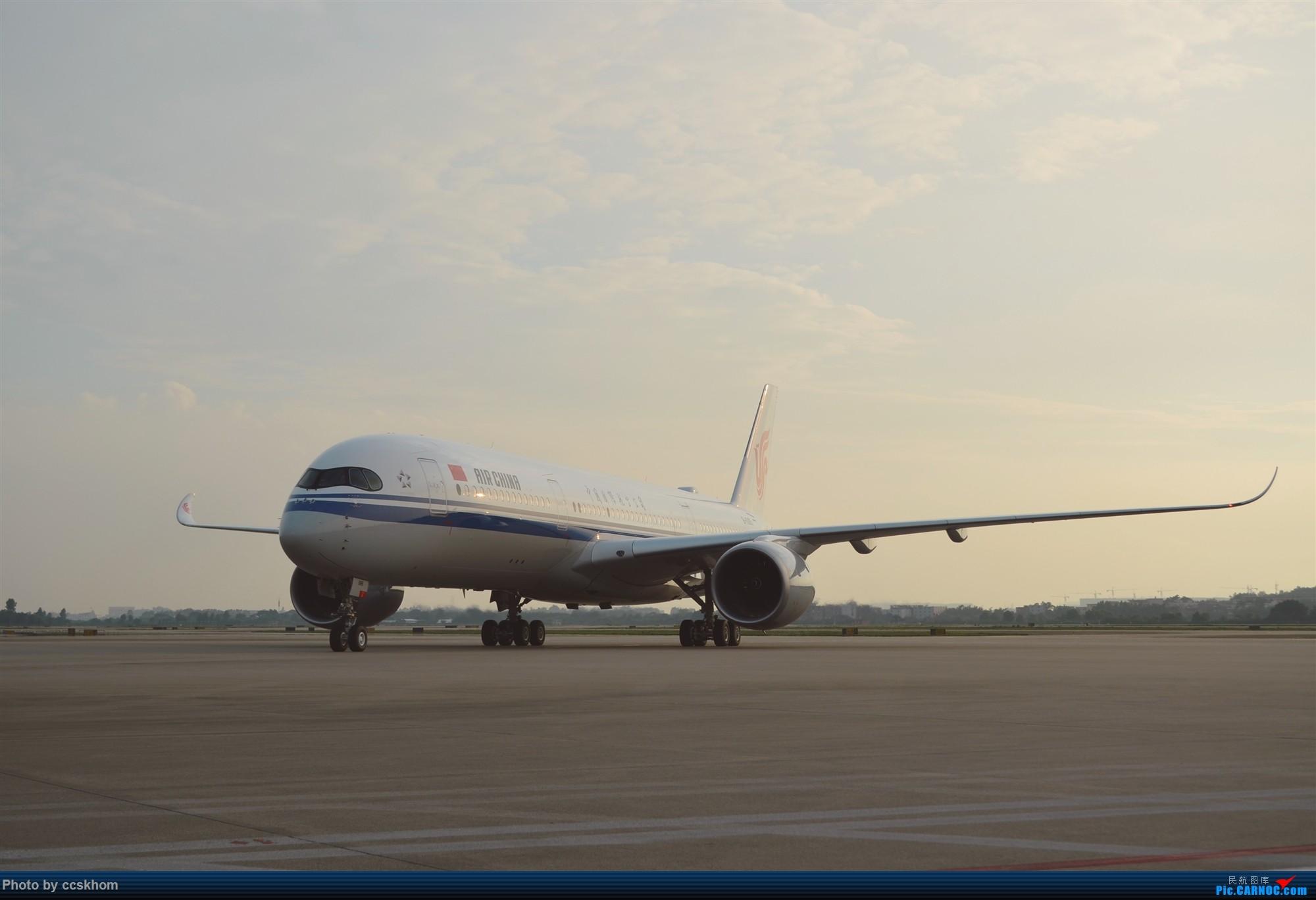 在机坪接国航A350的广州首航 AIRBUS A350-900 B-1085 中国广州白云国际机场