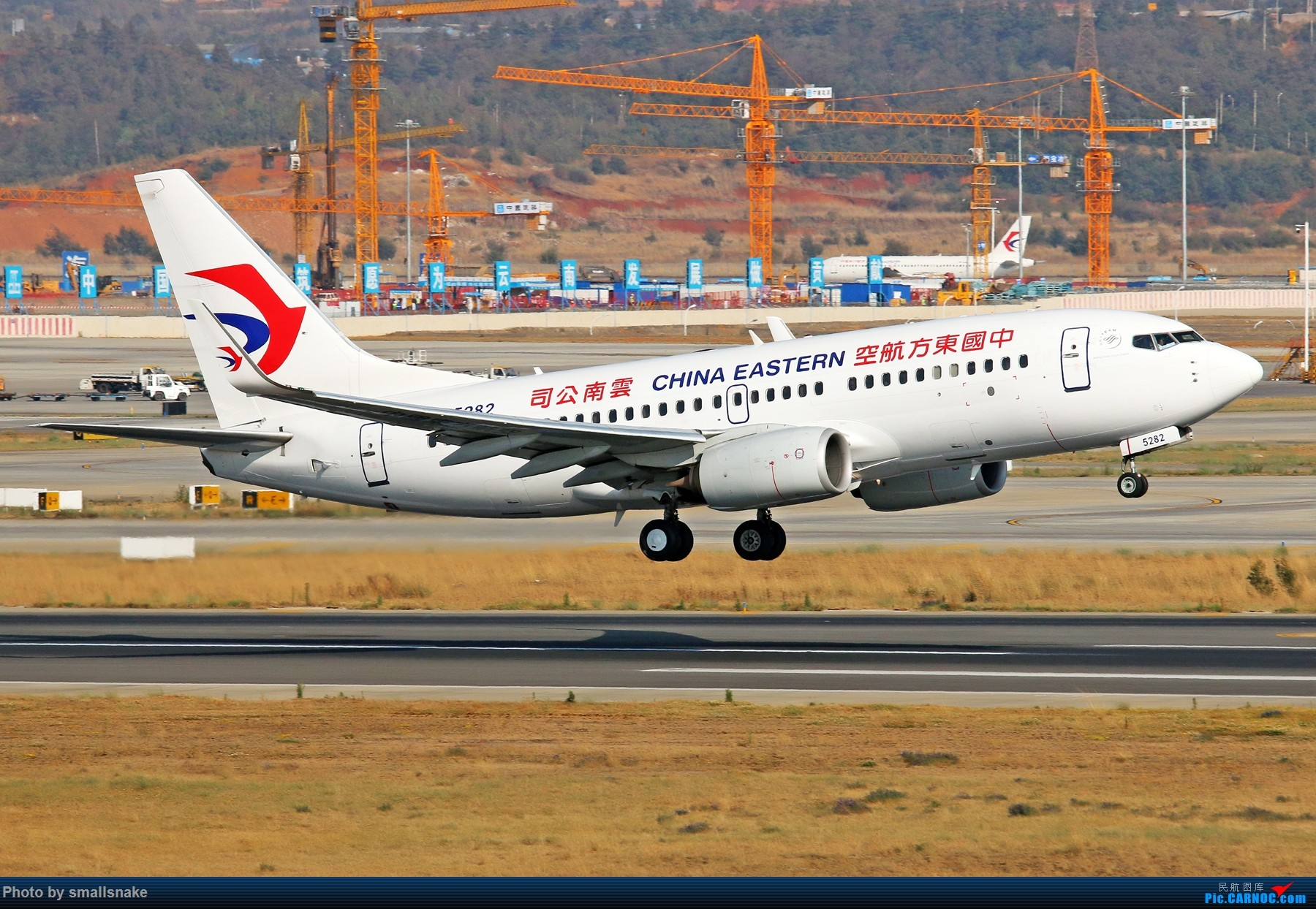 Re:[原创]KMG打卡... BOEING 737-700 B-5282 昆明长水国际机场