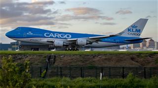 KLM Cargo 迎著晨光起飛 。