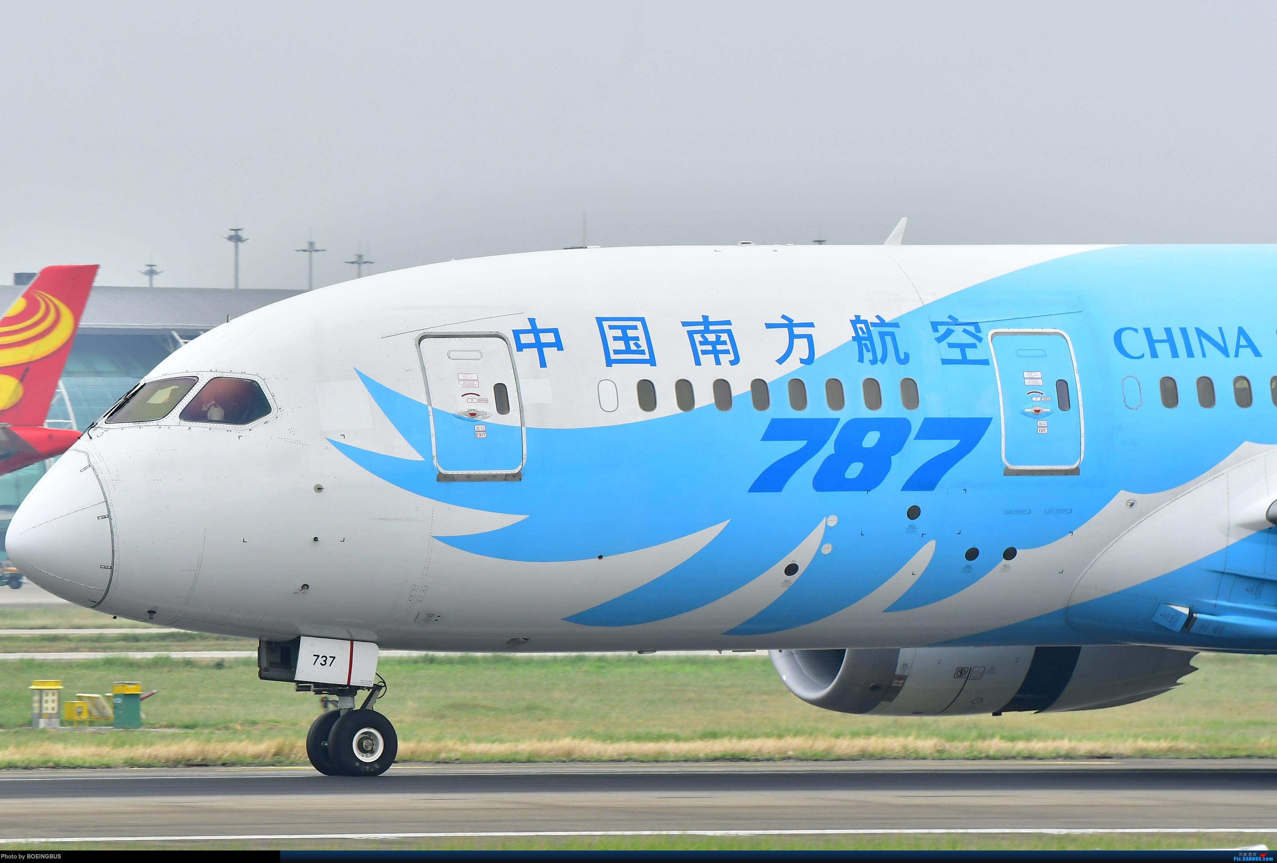 南航788降落广州10跑道 BOEING 787-8 B-2737 中国广州白云国际机场