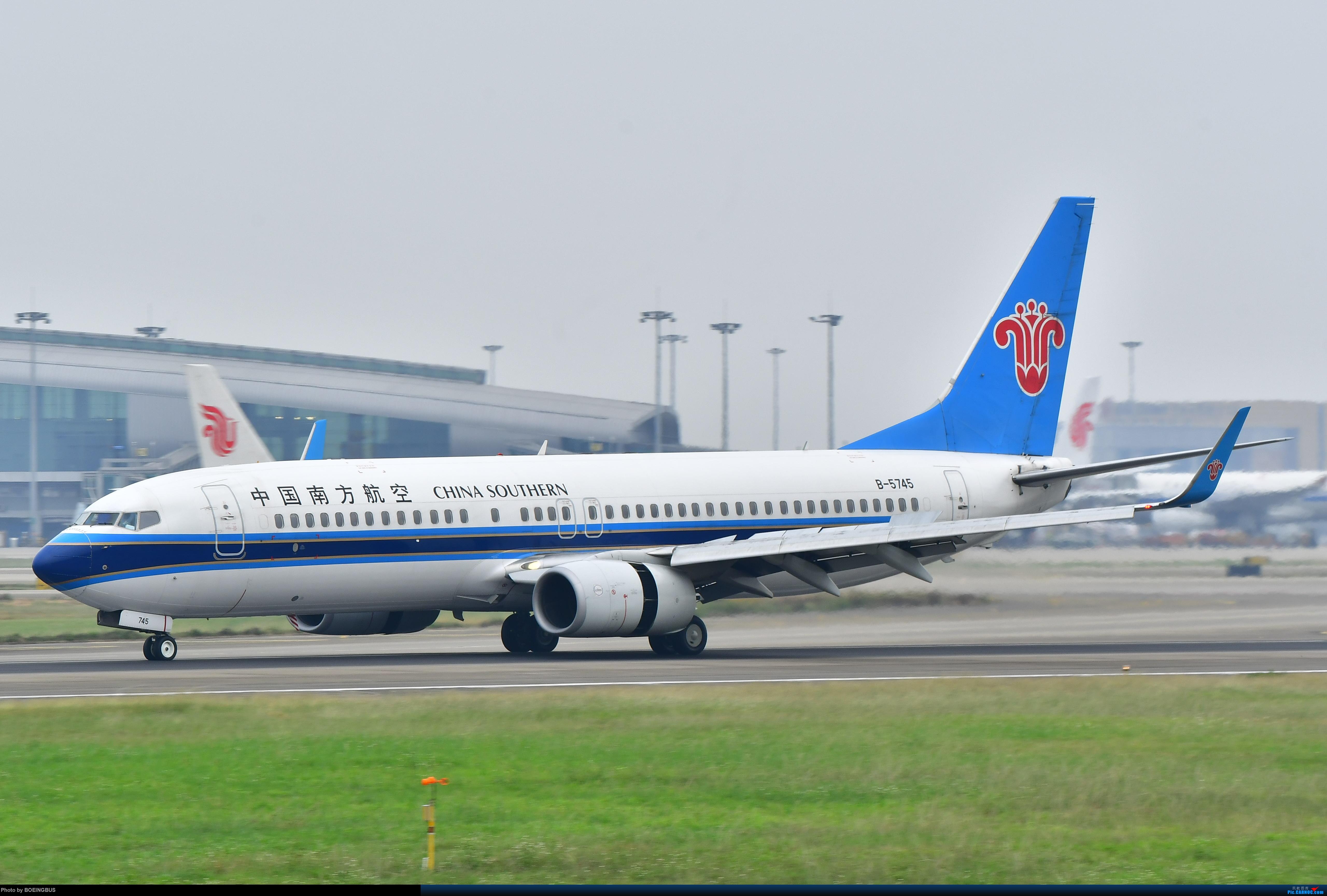 祝各位飞友新年快乐! BOEING 737-800 B-5745 中国广州白云国际机场