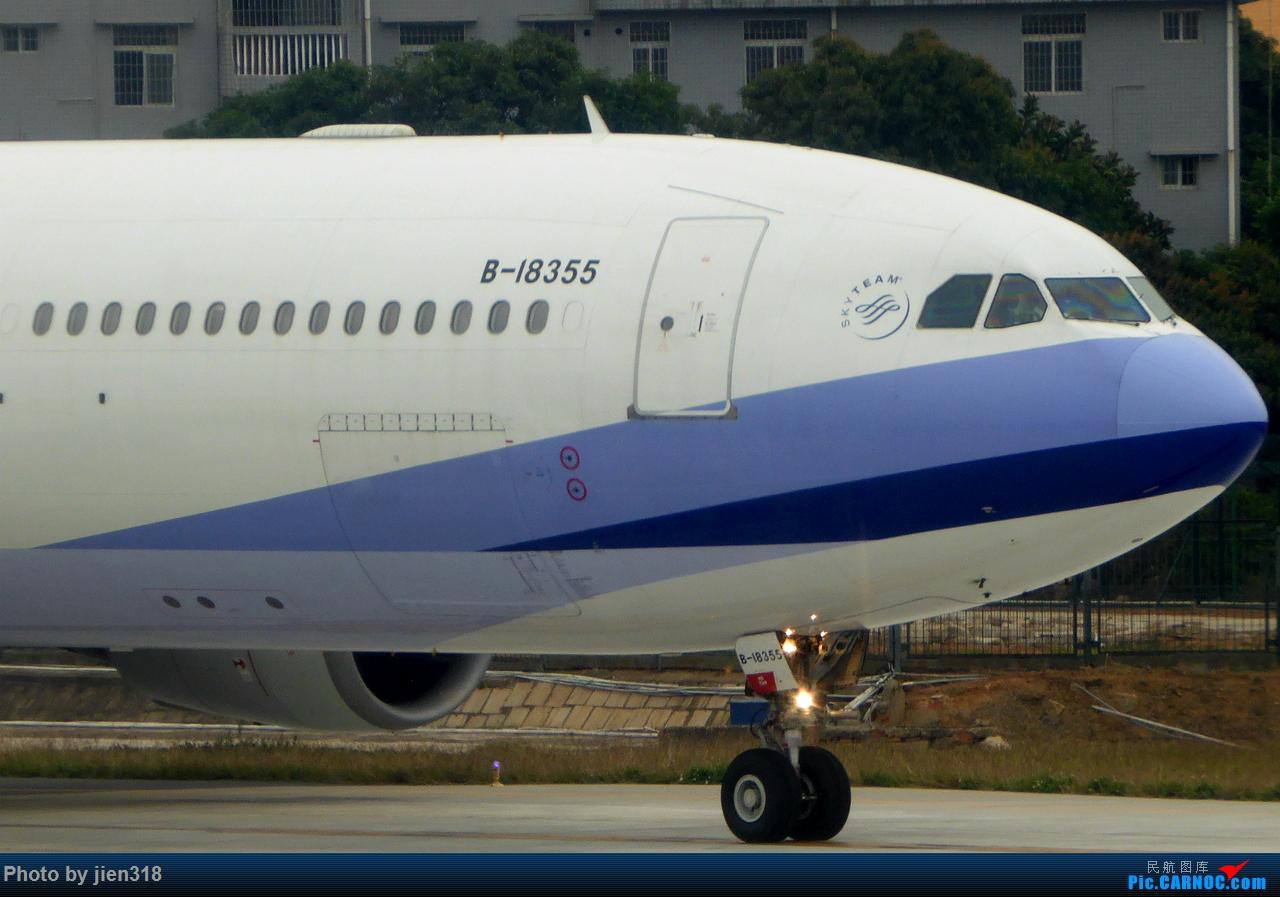 东航机翼视角的中华航空AE992 A330-302 B-18355 AIRBUS A330-300 B-18355 中国厦门高崎国际机场