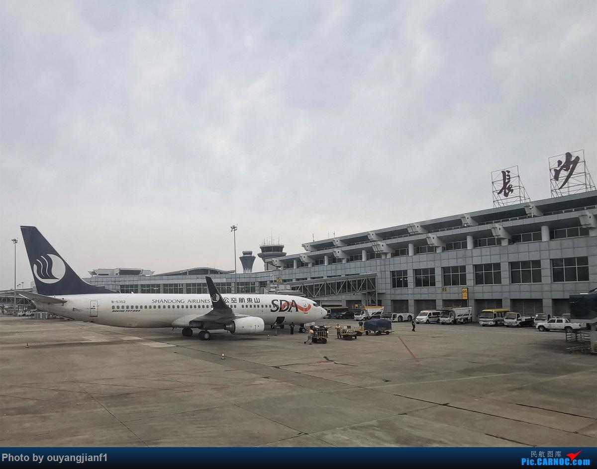 Re:[原创]终于有时间歇下来,可以好好总结一下2019年飞行游记了,第五段:一周之内的中东非洲之行,体验真土豪科威特航空,奇葩航沙特航空,动荡之下造访埃塞俄比亚航空总部! BOEING 737-800 B-5352 中国长沙黄花国际机场
