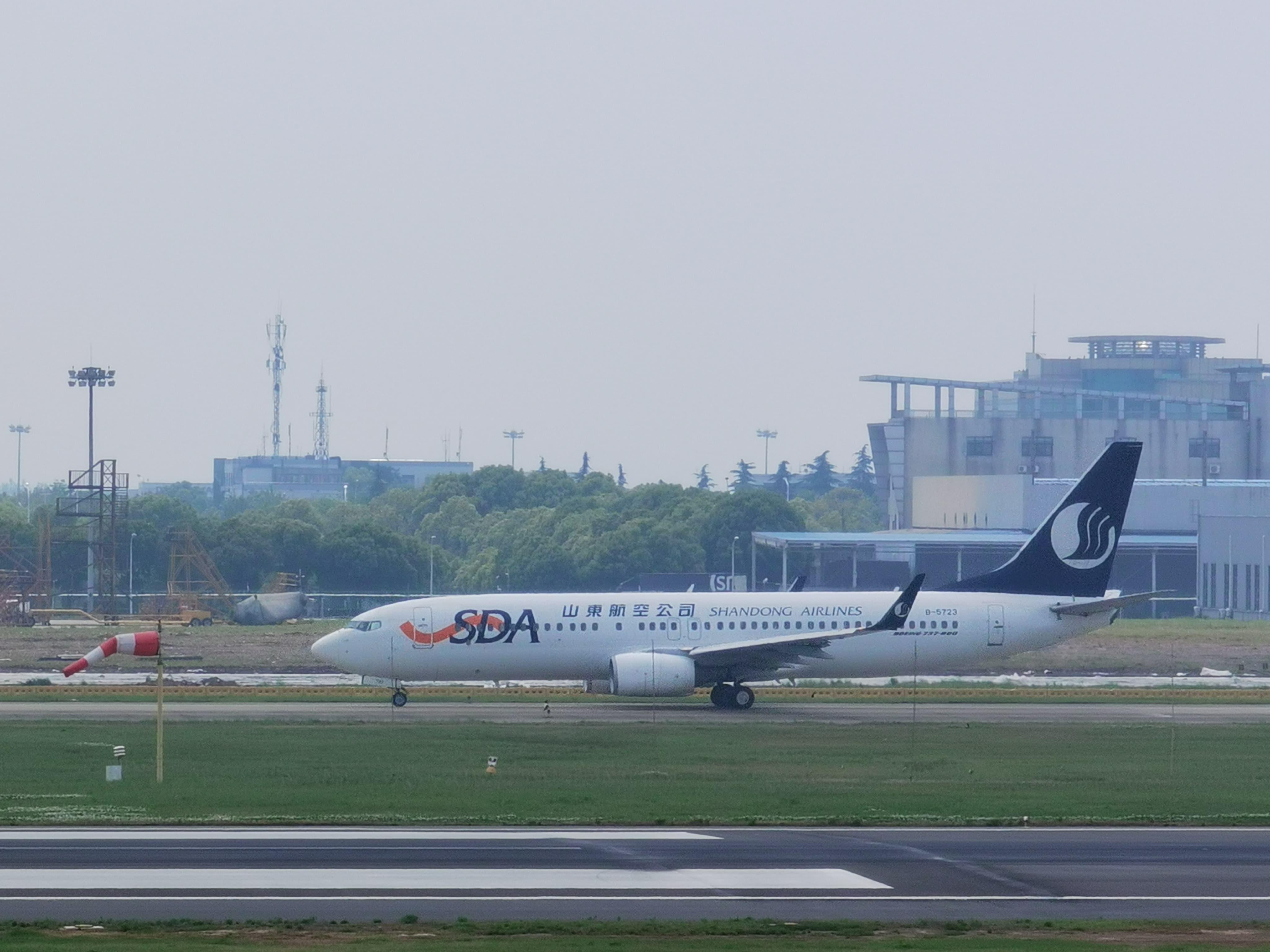 [资料]山东航空滑行 BOEING 737-800 B-5723 中国南京禄口国际机场