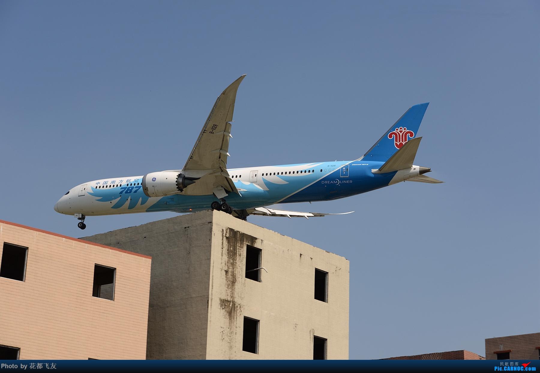 降落房顶 BOEING 787-9 B-1128 中国广州白云国际机场