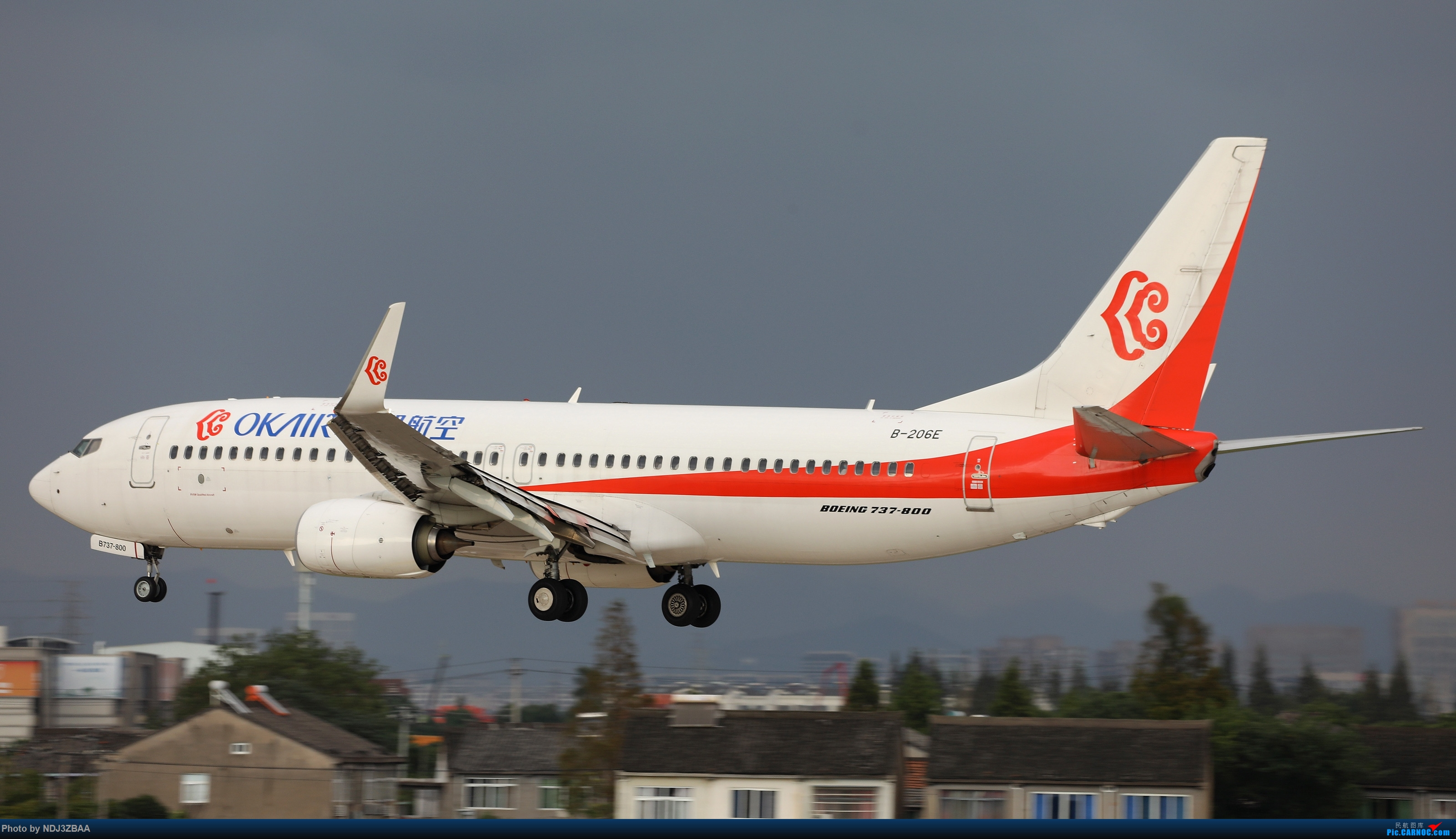 在雷阵雨降临之前,奥凯航空737降落在宁波栎社国际机场 BOEING 737-800 B-206E 中国宁波栎社国际机场